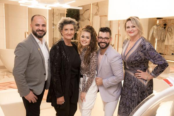 O arquiteto Alexandre Weiss, a diretora da CASACOR Paraná, Marina Nessi, a digital influencer Franciny Ehlke e os arquitetos Nelson Machado e Nara Moraes.