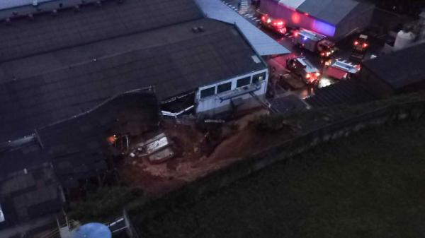 Corpo de trabalhador é encontrado 10 horas após desmoronamento em Curitiba