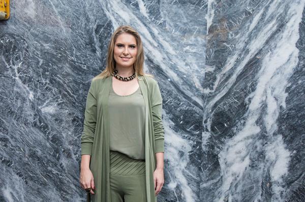 A arquiteta Viviane Loyola posa com o Mármore Gris Navagio polido.