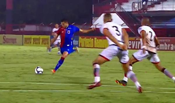 Bruno Rodrigues tenta finalização contra o Atlético-GO