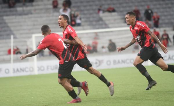 Com golaço, aspirantes do Athletico vencem na Arena e lideram o Paranaense