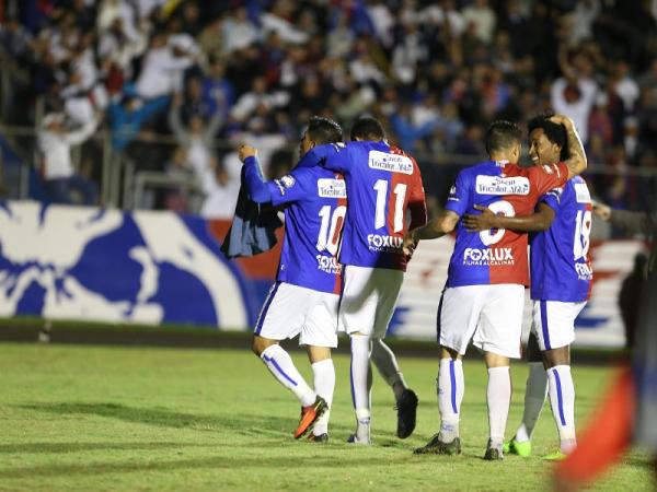 Renatinho (camisa 10) comemora o gol do Paraná Clube: o último do time contra o Athletico