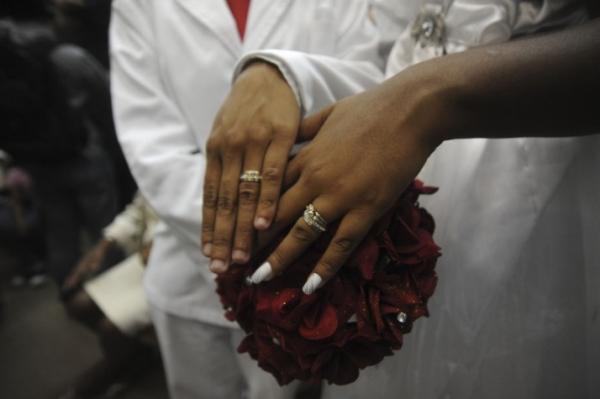 Número de pessoas na faixa dos 50 anos que se casaram no civil aumentou 37,7% entre os homens e 29,8% entre as mulheres, de 2012 a 2017