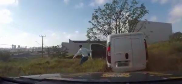 Motorista abandonou o veículo e tentou fugir a pé, mas foi localizado pela polícia em imóvel em construção