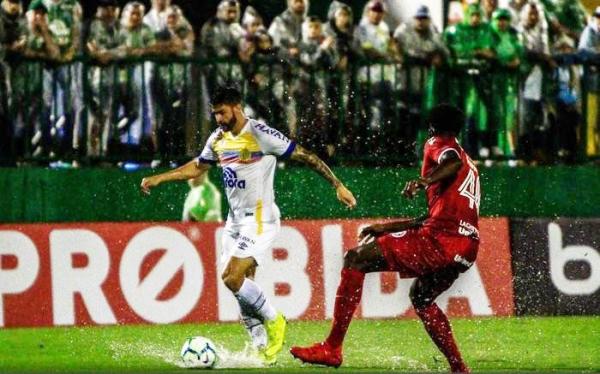 Everaldo, da Chapecoense, contra o Internacional