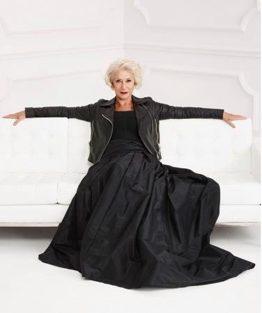 A Hellen Mirren não para de ser linda, gente. Aos 73 anos, posa chique e supersexy com vestidão, jaqueta biker e olhar matador