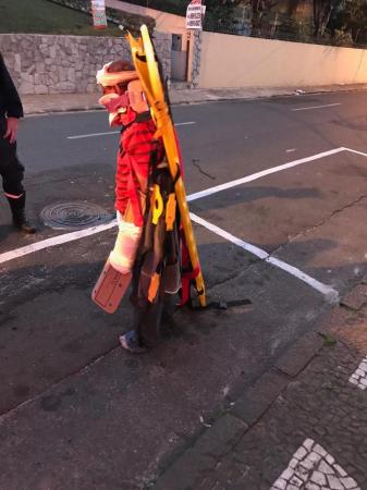 Homem foi fotografo nas ruas de Ponta Grossa enquanto fugia de hospital com maca amarrada em seu corpo