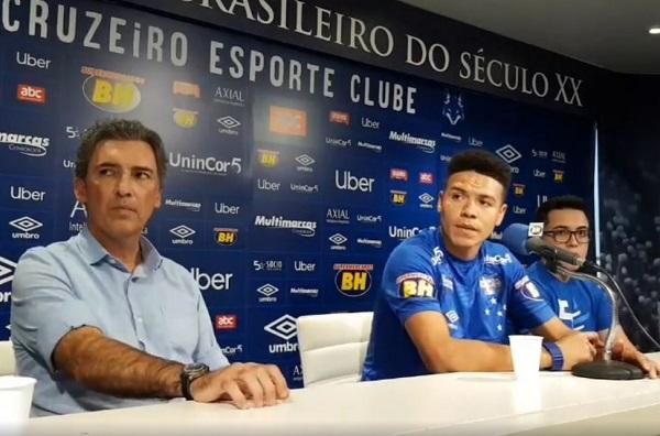 Marquinhos Gabriel (centro) é apresentado pelo Cruzeiro
