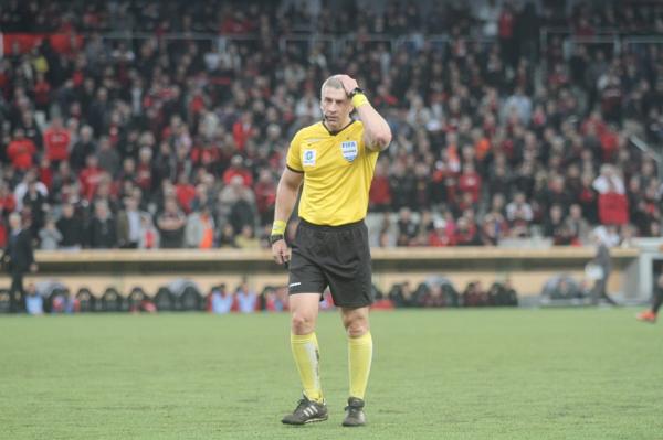 O árbitro Anderson Daronco, durante o jogo Athletico 1 x 1 Flamengo