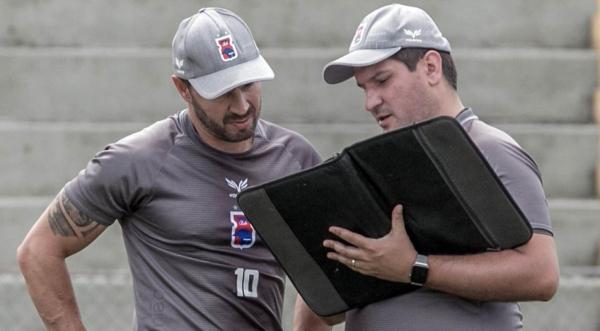 O técnico do Paraná, Matheus Costa, passa instruções para o auxiliar Allan Aal