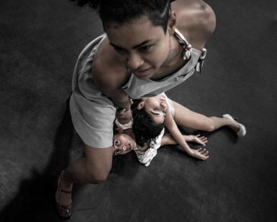 A nova coreografia é realizada por um conjunto de nove bailarinos