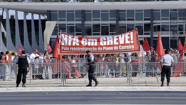 Servidores federais em manifestação: governo propõe também mudanças nas regras para ingresso no funcionalismo