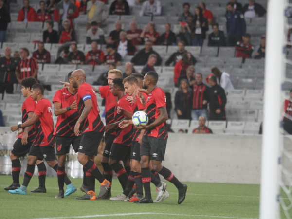 Jogadores do Athletico em amistoso contra o General Díaz, na Arena da Baixada
