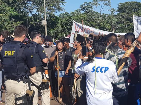 Índios interditam a ponte Ayrton Senna, em Guaíra, por toda a manhã desta segunda