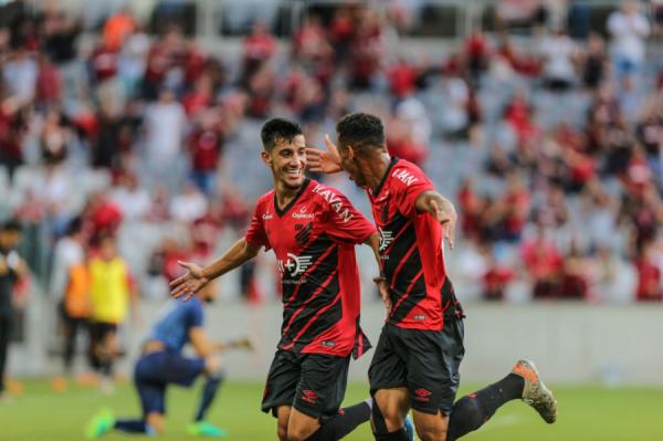 Pedrinho comemora gol na Arena