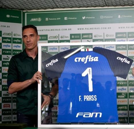 Fernando Prass e uma das camisas leiloadas