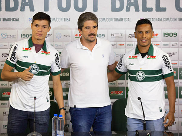 O ponta Lucas Tocantins, o diretor Rodrigo Pastana e o lateral Diogo Matheus