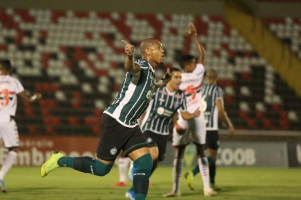 Rodrigão comemora o gol do Coritiba sobre o Botafogo-SP