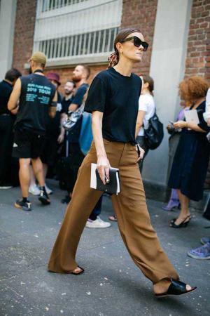 Calça tipo pntalona, camiseta básica e chinelo. Roupa de casa que vai de boa para a semana de moda