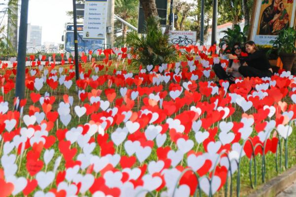 Santuário do Perpétuo Socorro faz ação em homenagem às mães com 'jardim de corações'