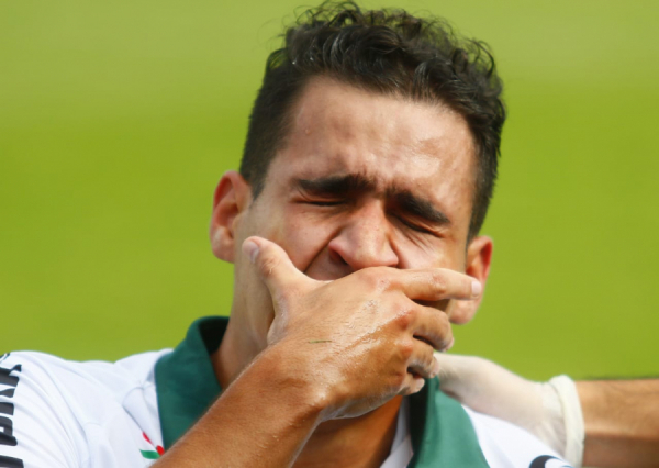 Thiago Lopes chora no gramado do Couto Pereira, ao sofrer lesão, no último domingo
