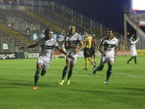 Kelvin, William Matheus e Robson comemoram gol em Pelotas