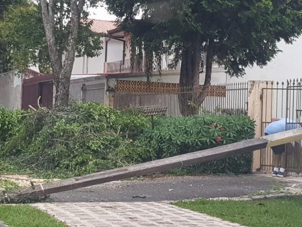 Queda de poste no bairro Boa Vista: chuva de verão trouxe transtorno