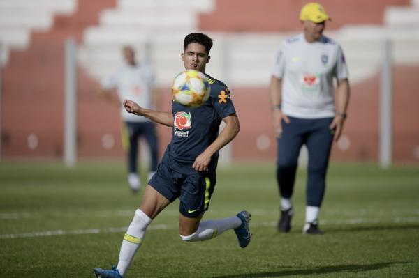 Yan Couto com a camisa da seleção brasileira