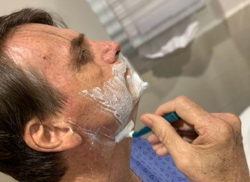 Presidente Jair Bolsonaro posta foto fazendo a barba nesta manhã de segunda-feira