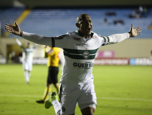 Rodrigão comemora seu décimo gol na Série B
