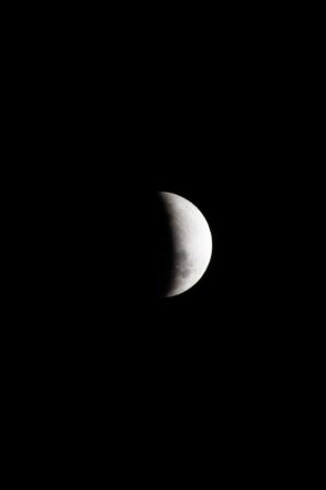 Eclipse parcial da lua encantou no céu de Curitiba na noite de ontem