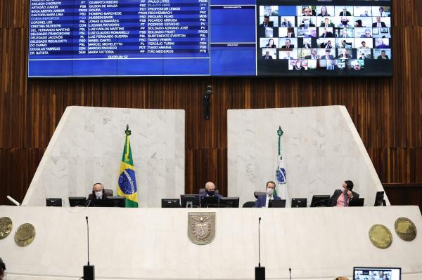 """Maioria dos deputados criticou """"quebra-quebra"""" após o final da manifestação inicial"""