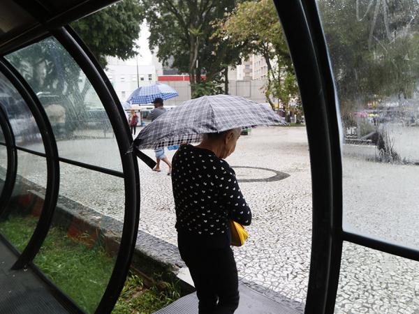 Guarda-chuvas ainda devem ser usados hoje