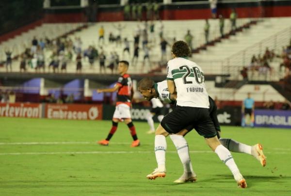 Rodrigão comemora gol sobre o Atlético-GO