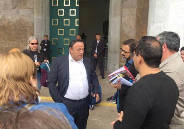 Deputado Hussein Bakri (PSD) conversa com servidores