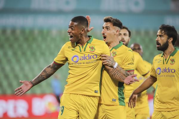 Douglas Tanque comemora gol do Paços de Ferreira