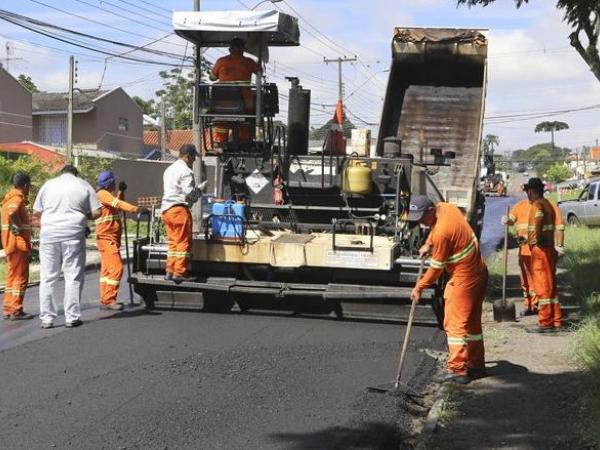 Ruas de Curitiba voltam a receber serviços de asfalto e de sinalização