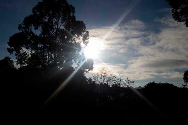 Frio chega com tudo e há relatos de chuva congelada em Curitiba