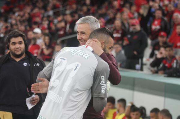 Tiago Nunes cumprimenta Weverton, do Palmeiras, antes do jogo de domingo