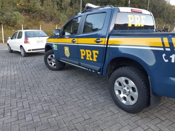 A PRF encaminha o veículo quebrado do homem acusado de estupro