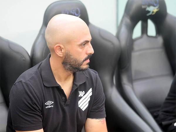 """Rafael Guanaes, técnico do Athletico: """"A gente ganha fisicamente, em qualidade também"""""""