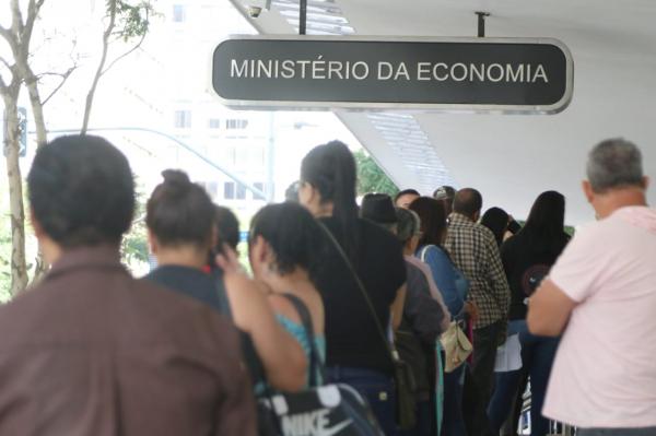 Em busca dos R$ 600, curitibanos formam filas e aglomerações no Centro