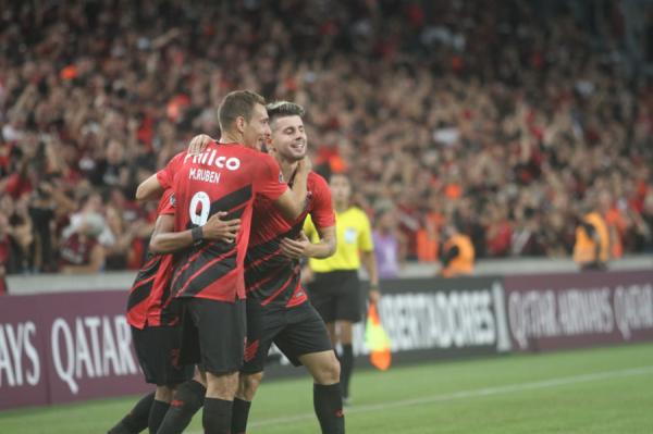 Jogadores do Athletico comemoram gol na Arena, na vitória sobre o Wilstermann