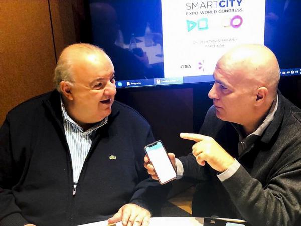 Greca e o presidente da IASP, professor Joseph Piqué: ideia é que num futuro próximo a ferramenta possa possibilitar ao cidadão enviar dados sobre ocorrências, clima, transportes e outras experiências, permitindo mais interação