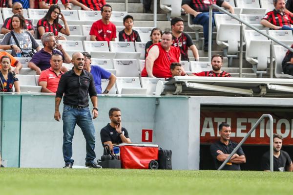 O técnico Rafael Guanaes: estreia pelo Athletico com derrota e vaias da torcida na Arena da Baixada