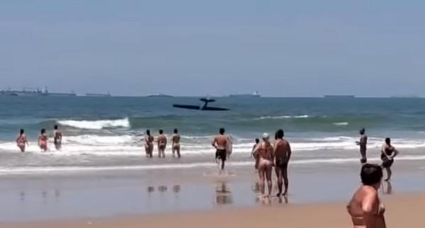 Avião cai em praia no Guarujá