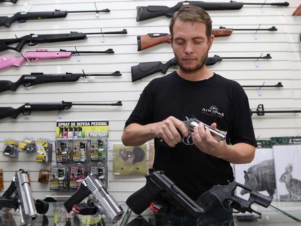 Comércio de armas vive momento de otimismo com decreto presidencial: muita procura