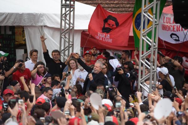 Lula discursa para manifestantes após deixar prisão: repercussão internacional