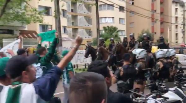 Protesto no Couto Pereira, na chegada dos jogadores