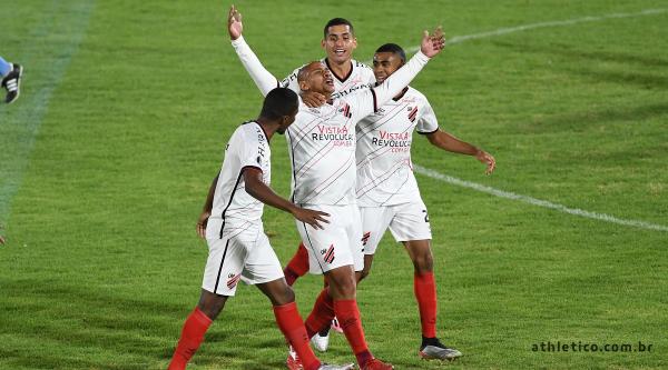 Walter comemora o terceiro gol do Athletico